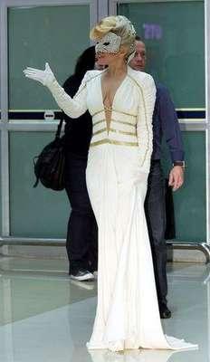 """Lady Gaga, quien llegó a la capital de Corea del Sur luciendo una peculiar máscara y un traje que destacaba su busto, se encontró con los ánimos caldeados por un grupo que trata de parar su show, una semana antes de que inicie en el país asiático la gira """"Born This Way Ball Global Tour""""."""