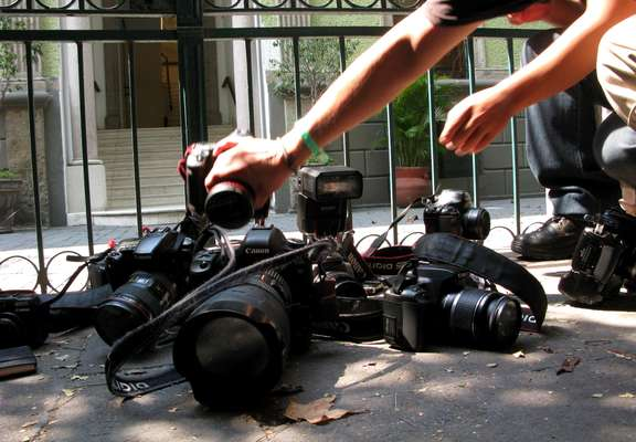 """Los periodistas son comunicadores profesionales en busca de la noticia, pero que, irónicamente, muchas veces se convierten en la noticia misma y de manera trágica. Lamentables sucesos de los últimos años han ubicado a la región de América Latina como una de las más peligrosas para ejercer esta profesión. La organización """"Campaña por un Emblema de Prensa"""" (PEC) cuenta al menos 45 periodistas asesinados en todo el mundo este año, lo que significa un aumento de casi el 50 % en cuatro meses."""