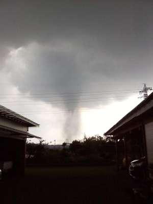 Un tornado arrasó el domingo una ciudad al noreste de la capital de Japón, donde dejó un muerto y decenas de heridos, además de decenas de viviendas destruidas.