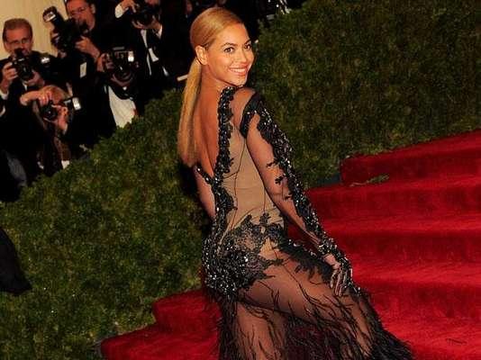 """Beyoncé Knowles fue la sensación de la noche, en la gala benéfica que anualmente organiza el Metropolitan Museum de Nueva York, luciendo un vestido transparente que dejó expuestas sus espectaculares y deseadas """"pompas""""."""