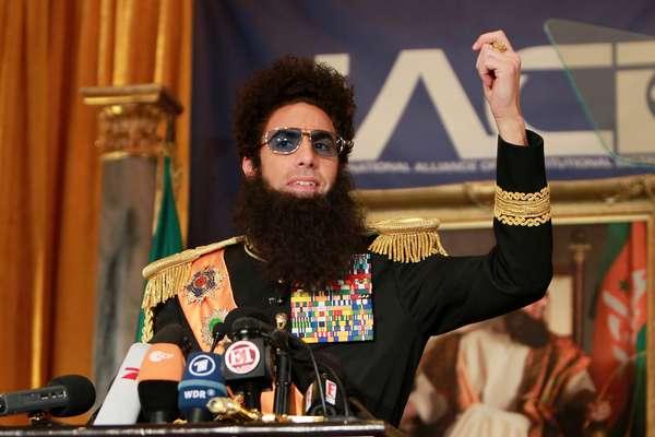 Acompañado y resguardado por un séquito de sexys guerrilleras, el General Aladeen llegó a Estados Unidos para presentarse ante sus seguidores. El dictador Aladeen está dispuesto a arriesgar su vida para asegurarse de que la democracia no llegará nunca a su país. La película se estrena el 16 de mayo.