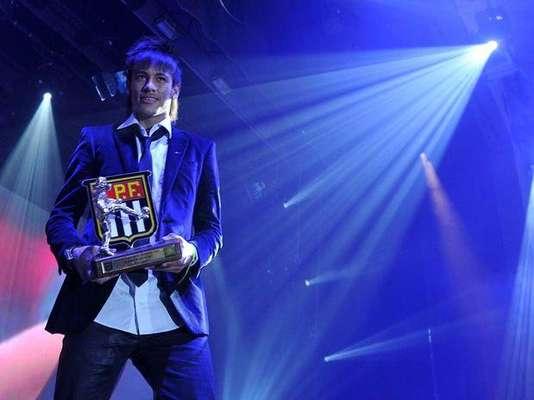 Neymar fue galardonado como el mejor delantero del Estadual Paulista y fue premiado en la ceremonia de clausura del torneo brasileño