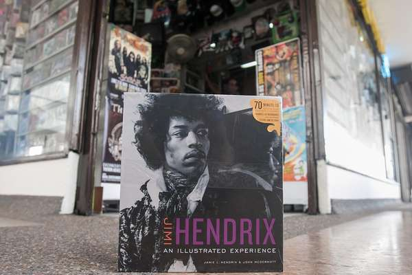 Terra presenta una selección de algunos de los mejores libros de música que se pueden encontrar en Bogotá. Textos que han sido escritos por cantantes, periodistas, artistas y melómanos. Obviamente, la lista es grande y hay ejemplares que se escapan de la clasificación, pero este top diversifica géneros, culturas, épocas y sonidos. Libros para todos los gustos, adquiéralos y disfrútelos. Jimy Hendrix – An Illustrated Experiencie.