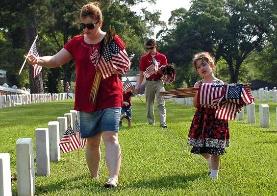 Cada año, el último lunes de mayo se celebra el Memorial Day en Estados Unidos. Esta costumbre comenzó luego de la guerra civil y desde el siglo XX, se emplea para recordar a todos aquellos ciudadanos que perdieron la vida sirviendo al país. Al mismo tiempo, marca al inicio de la temporada de verano. Aquí, una serie de fotos que ilustran cómo fue comenzó el fin de semana del Memorial Day. Recuerdo y honor para los caídos.