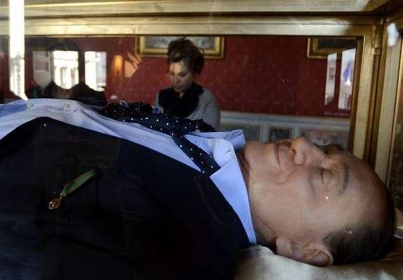 Silvio Berlusconi yace muerto en una vitrina dentro del Palazzo Ferraioli, edificio ubicado justo enfrente del Palazzo Chigi, sede del Gobierno italiano, donde el ex mandatario movió los hilos de su país durante 17 años.