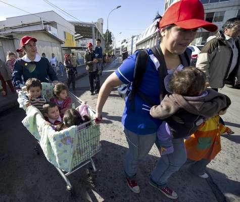 Unas 500.000 personas participaron de un gran simulacro de terremoto y tsunami que se desarrolló sin mayores contratiempos en la región de Valparaíso, en la costa central de Chile, de acuerdo con una evaluación de las autoridades. (Textos de EFE y AFP)