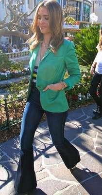 Jessica Alba Jessica Alba, más arriesgada elige su blazer en tonos encendidos y los combina con un vaquero de campanal. Nos encanta el efecto de esta combinación entre casual y sofisticado.