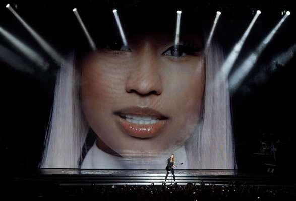 """Madonna hizo hoy bailar sin descanso al mundo terrenal y al celestial al inaugurar en Israel con una potente mezcla de beatitud y provocación """"MDNA Tour"""", la gira mundial más larga de su carrera. """"Ok, Tel Aviv ¿están preparados?"""", lanzó al abarrotado estadio de Ramat Gan para advertir de que tenían por delante dos horas de ritmo ininterrumpido, decorados cambiantes y efectos especiales."""
