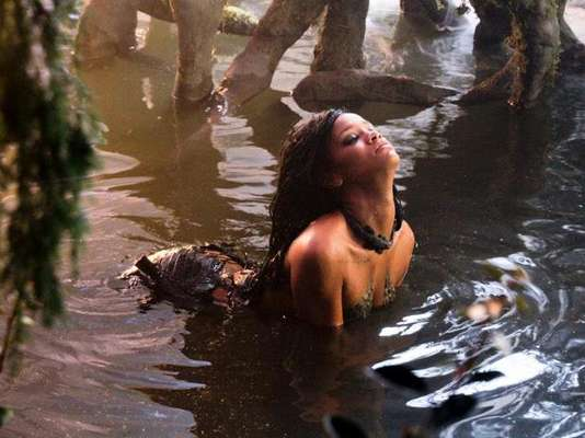 """Las candentes poses de Rihanna en """"Whera Have You Been"""", su más reciente material audiovisual nos hicieron sudar, por ello lo escogimos como el video sexy de la semana. La cantante de Barbados se metió en la piel de una diosa, con cuerpo de reptil, en el clip que ya tiene más de 4 millones de reproducciones en YouTube."""
