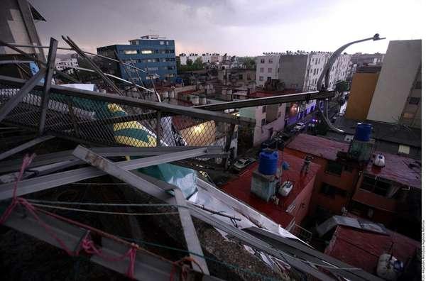 Un tornado causó afectaciones que dejaron 34 personas con heridas leves en la Ciudad. A las 17:30 horas de este viernes, y durante un lapso menor a 10 minutos, se produjo un tornado, clasificado en la escala técnica de F0 a F5 como el más débil, entre Naucalpan, Gustavo A. Madero y Ecatepec, informó el Servicio Meteorológico Nacional.