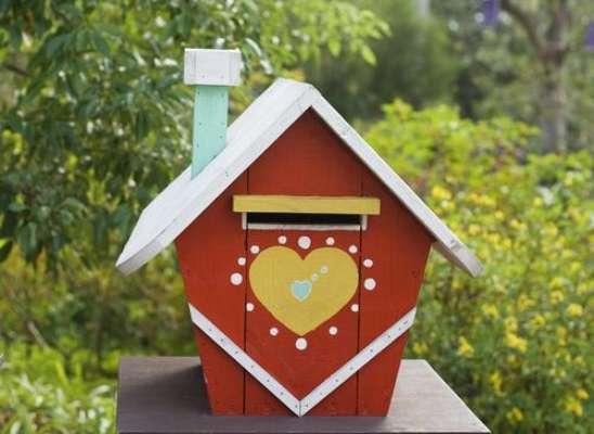 Caixas imitando a casa de verdade ou até uma casa de bonecas dão charme à decoração