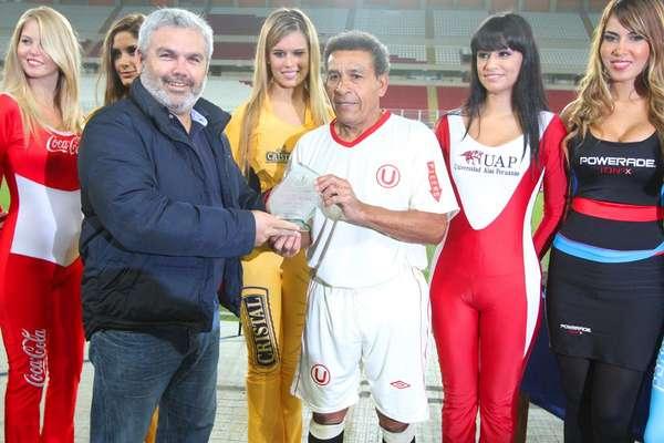 Una vez más la hinchada de Universitario se unió para ayudar al club de sus amores a salir de la crisis y de paso darle un merecido homenaje a muchos de los ídolos que vistieron la camiseta crema a lo largo de su historia.