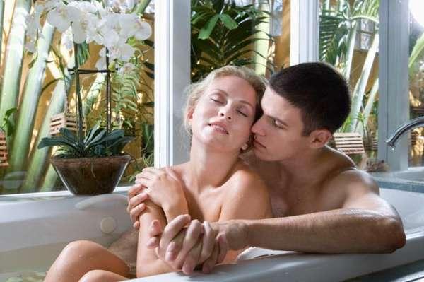 """Sexo no banheiro: o cômodo mais subestimado da casa quando o assunto é ter relações sexuais é o banheiro. Porém, ele pode reservar grandes surpresas. """"Graças aos espelhos, o cara começa a assistir toda a ação, o que torna ainda mais quente."""" Outras opções? """"Use a banheira para sustentar-se em posição"""", sugere sexo educador Jamye Waxman, M.Ed. Você pode até acender velas e criar algum vapor sexy do chuveiro para adicionar atmosfera extra"""
