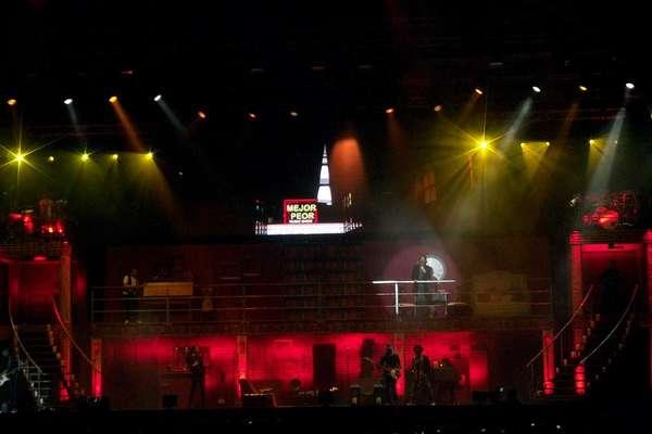 """El cantante guatemalteco Ricardo Arjona hizo delirar a sus casi 15 mil fanáticos en la explanada del Jockey Club del Perú. Pese a que el concierto empezó con una hora de retraso, el público vibró con las canciones emblemáticas del cantautor como """"Mujeres"""", """"Señora de las cuatro décadas"""", """"Desnuda"""", """"Historia de Taxi"""", entre otras, además de los nuevos temas extraídos de su reciente álbum """"Independiente"""". Arjona sorprendió a la multitud con una puesta en escena en la que destacó la estructura giratoria que recreaba lugares como una casa, un bar o un circo; y la gran pantalla que presentaba el noticiero al que bautizó como """"Metamorfosis Noticias""""."""
