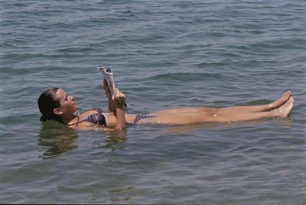 A água extremamente salgada do Mar Morto também possibilita que os turistas boiem naturalmente e tenham dificuldade para afundar no local