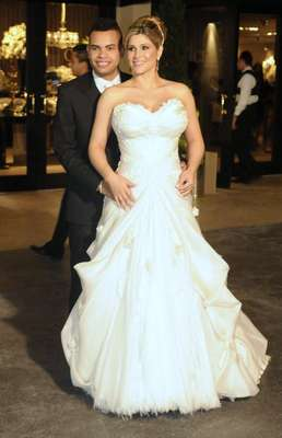 "O vestido longo branco tomara-que-caia recebeu aplicações de renda e flores no busto e ""escondeu"" a gravidez de Dani Souza"