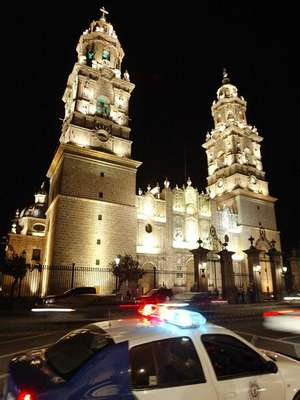La plaza principal de Morelia, la capital del estado de Michoacán, luce como cualquier otra en tiempo de campaña en México: una candidata en busca de votantes, carteles electorales en las paredes y decenas de personas en las terrazas de los bares y cafeterías que miran a la catedral. Pero este zócalo condensa como pocas otras plazas la tragedia de una guerra que ya ha dejado al menos 50.000 muertos en el país.