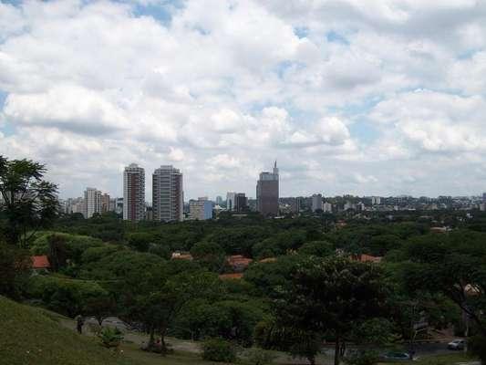O bairro de Alto de Pinheiros é muito arborizado e tem perfil essencialmente residencial