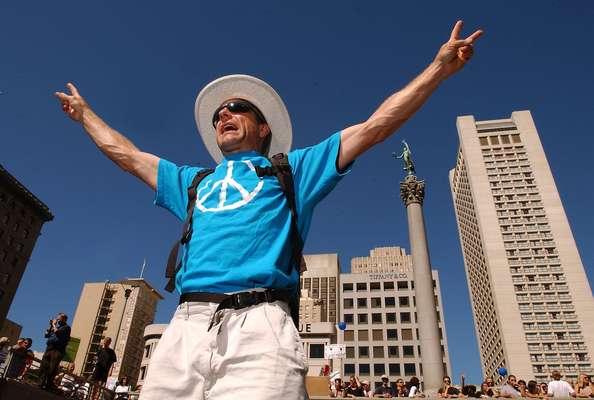 San Francisco es una de las ciudades más progresistas en Estados Unidos, fama que se cementó durante la turbulenta década del sesenta con la Primavera del Amor, el movimiento Hippie y las protestas en contra de la guerra de Vietnam. Hoy, sus habitantes siguen saliendo a sus calles a expresar su sentimiento sobre las guerras, los derechos gay, el aborto y la avaricia del sistema financiero.