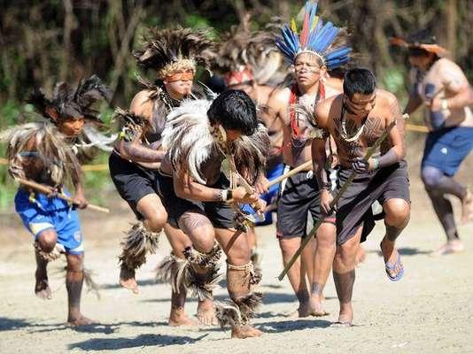 """Los indios bailaron la """"Dança da Ema"""" antes del inicio de los juegos indígenas en el campamento armado para la Río+20 en la zona oeste de Río de Janeiro, llamando la atención de los turistas este sábado."""