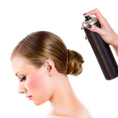 Lance mão de produtos: um spray com pouco sal ou de textura vai ajudar a controlar o volume e o shape. Usar gel para manter o cabelo fora do seu rosto e fora de sua mente também ajuda