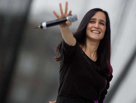 La cantante Julieta Venegas expresó durante su presentación en el concierto #YoSoy132 que la suma de uno por uno, permitirá cambiar las situaciones difíciles del país.