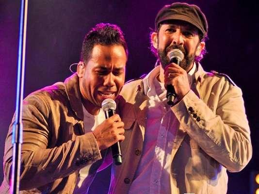 Romeo Santos hizo historia, al cantar por primera vez, con Juan Luis Guerra, durante el concierto del astro del merengue la noche del sábado, en Santo Domingo, República Dominicana.