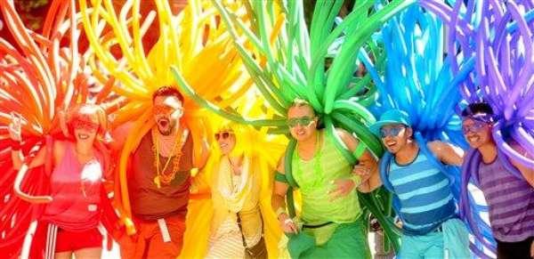 Las aceras del centro de San Francisco estaban atestadas con juerguistas el domingo cuando la ciudad festejó por 42do año a la comunidad lésbica, gay y trasgénero.