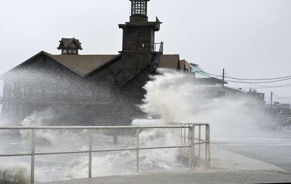 La tormenta tropical Debby azotaba Florida con lluvias torrenciales el lunes mientras su vórtice se mantenía estacionaria en el Golfo de México. Su lento avance significa que el mayor peligro que representa la tormenta son las inundaciones y no los vientos.