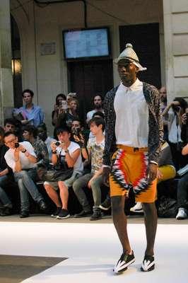 O estilista dinamarquês Henrik Vibskov fechou o segundo dia da Semana de Moda Masculina de Paris colocando uma grande língua inflada sobre a passarela