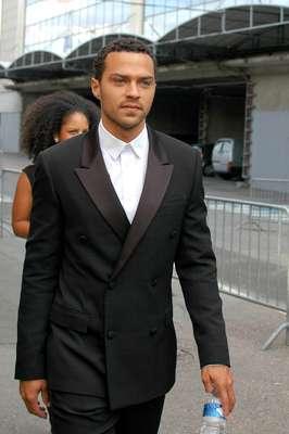 O ator americano Jesse Williams, conhecido por seu papel como o Dr. Jackson Avery na série Greys Anatomy, assistiu nesta sexta-feira (29) ao desfile da Givenchy, parte da Semana de Moda Masculina de Paris