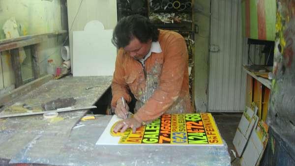 Alejandro Daza es un carpintero de profesión que ha dedicado parte de su vida al transporte público, realizando letreros para buses y accesorios decorativos para estos, pero con la llegada del Sistema Integrado de Transporte su codiciado trabajo ya no tendrá demanda, al menos en Bogotá.
