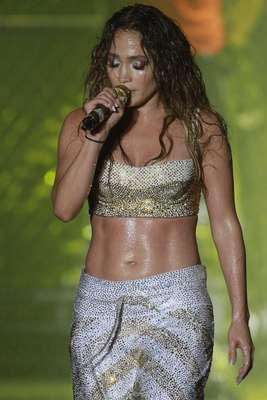 A maioria das mulheres gostaria de ter as curvas de Jennifer Lopez. Na semana passada, a cantora de 42 anos subiu ao palco do Music Festival, em Recife, com um top que exibia sua barriga sarada mesmo após a gravidez de gêmeos - há três anos, ela deu à luz Max e Emme. Por isso, o site Daily Mail indicou um exercício para as mães que querem ter um abdômen igual ao dela