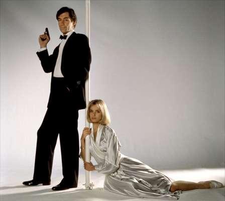A bela loira que atrai a atenção do agente secreto mais famoso do mundo, James Bond, em 007 Marcado para a Morte, foi a violoncelist Kara Milovy, vivida por Maryam d'Abo. A britânica, hoje com 51 anos, pouco foi alvo de atenção após o filme de 1987, mas há 5 anos sofreu de uma hemorragia cerebral que quase a matou, e agora conta para o mundo como foi todo o processo em entrevista ao jornal Daily Mail
