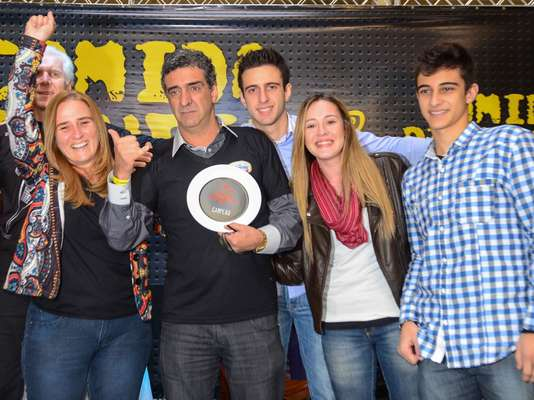 """Magrão com o troféu ao lado da família. O Bar do Magrão foi o grande vencedor do concurso. """"É muita emoção receber esse prêmio, já que São Paulo é considerada a capital gastronômica do país"""", disse"""