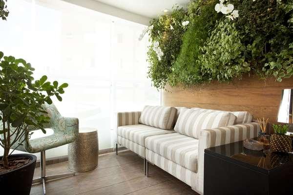 Na varanda desenvolvida pela arquiteta Beatriz Quinelato, o espaço economizado pelas plantas foi aproveitado pelo sofá. Informações: (11) 2361-9198