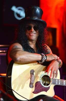 El legendario guitarrista Slash, que actuó para bandas como Guns N' Roses y Velvet Revolver, fue honrado con una estrella en el Paseo de la Fama de Hollywood, en un tributo donde lo acompañó su amigo, el polémico actor Charlie Sheen.
