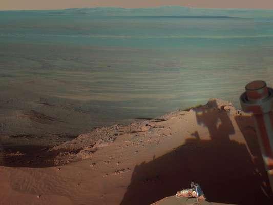 """Esta semana la Nasa exhibió una vista panorámica de Marte tomada por el vehículo Mars Exploration Rover Opportunity, que mostró """"lo más cercano a estar en el planeta rojo"""". La escena de 360 grados combina 817 imágenes captadas por una cámara panorámica (Pancam). Para capturar las imágenes se empotró la cámara en un mástil del vehículo durante un período de cuatro meses."""