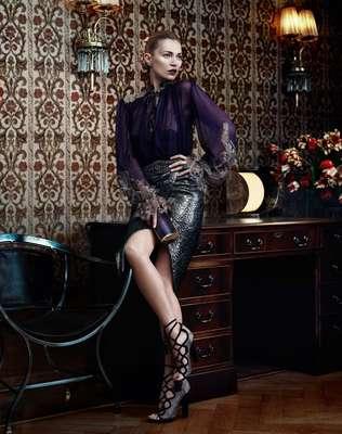 A top inglesa Kate Moss investe na feminilidade em fotos para a temporada de inverno da Salvatore Ferragamo