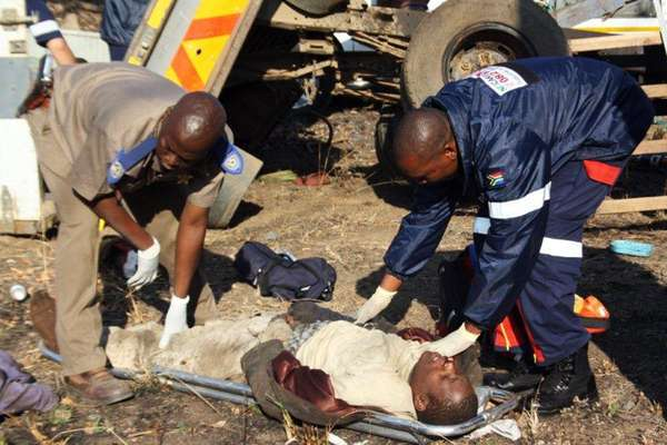 Al menos 23 personas murieron cuando un tren de mercancías cargado con carbón se estrelló el viernes contra un camión en un paso a nivel en el este de Sudáfrica. El camión fue desplazado unos 200 metros por el impacto, dejando restos humanos esparcidos a su alrededor y dificultando la tarea de calcular el número exacto de fallecidos. Presumiblemente, el conductor del camión no vio venir el tren al cruzar el paso a nivel.