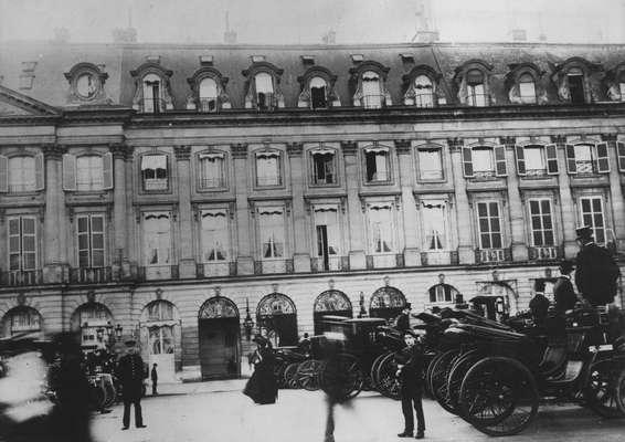 Fachada do Hotel Ritz de Paris, em 1904, que será fechado a partir do dia 1 de agosto para uma reforma que deve durar 2 anos