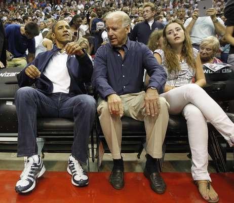 Entre tantas estrellas, Barack Obama se robó todas las miradas con su presencia en el duelo entre Estados Unidos y Brasil. El Presidente de los Estados Unidos arribó al estadio segundos antes del comienzo del juego junto al Vicepresidente Joe Biden. Relajado, disfrutó del triunfo estadounidense junto a su familia y algunos amigos.