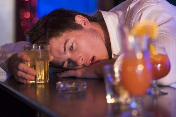 A única forma de não ter ressaca é não beber demais, mas quem exagerou pode usar medidas simples para diminuir o desconforto. Confira as dicas de especialistas a seguir