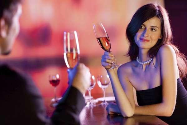 Ela mantém contato visual: quando a mulher está interessada, costuma olhar de maneira sedutora, com a cabeça inclinada, como se lhe visse por baixo dos cílios, e pode-se notar um leve sorriso no canto de seus lábios