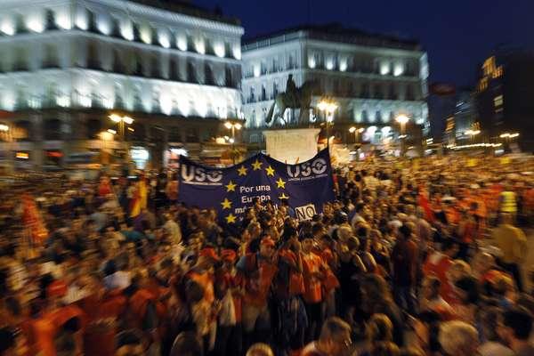 Después de un tenso debate y con toda la oposición en contra, el gobierno consiguió sacar adelante el plan de recortes más duro de la historia moderna de España, mientras en las calles se registraba una multitudinaria ola de protestas.