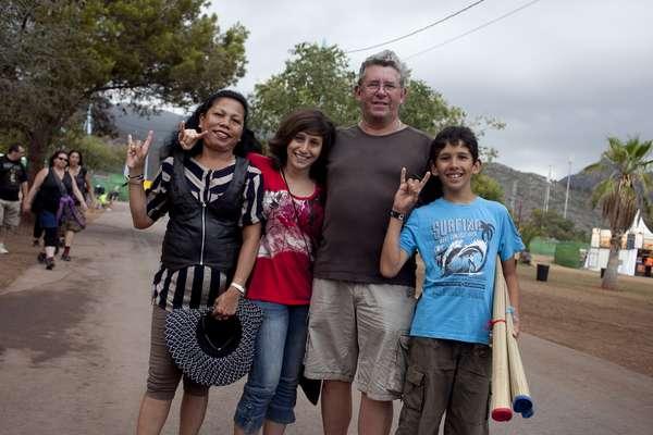 17:46 - Hasta las familias se acercan al recinto de Costa de Fuego.