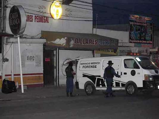 Lunes 16.- Un hombre y una mujer fueron acribillados la tarde de este lunes en el interior de un negocio de Billares en Apodaca Nuevo León y posteriormente los sicarios dejaron un narcomensaje en el interior del negocio