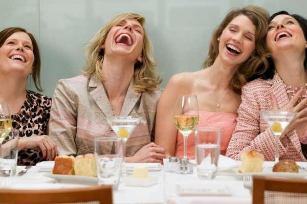 Reír con amigas, familiares, compañeros de trabajo o incluso sola es uno de los mejores ejercicios que puedes hacer.