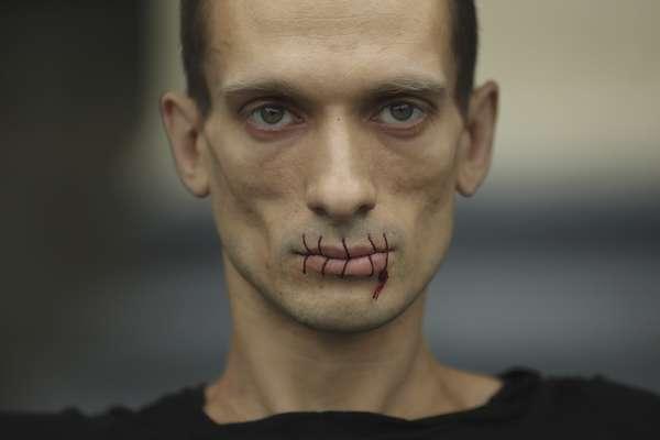 """El artista ruso Piotr Pavlensky cosió sus labios en señal de protesta contra la detención de los miembros del grupo de punk """"Pussy Riot"""", frente a la catedral de Kazan, en San Petersburgo, Rusia."""