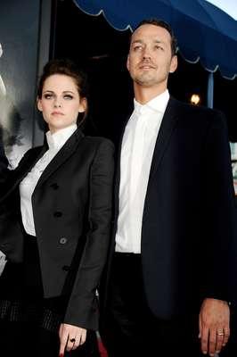 """El romance favorito de los jóvenes está en la cuerda floja. Se ha descubierto que Kristen Stewart, de 22 años, le fue infiel a Pattinson con el director de su última película """"Blancanieves y la leyenda del cazador"""", Rupert Sanders, de 42 años."""